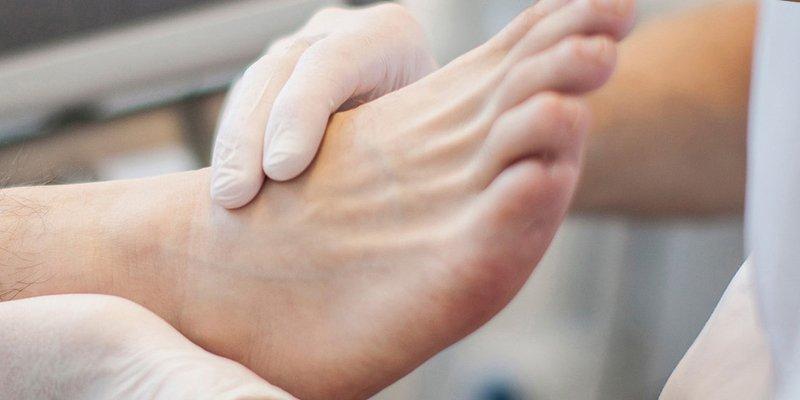 En fodterapeut eller fodplejer kan foretage undersøgelser af dine fødder og angive den rette behandling